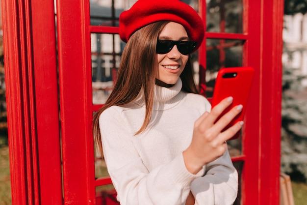Stijlvol fantastisch europees meisje met lang haar dat franse baret draagt