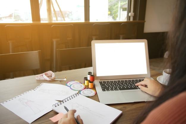 Stijlvol fashion designer werk met laptop leeg kopieer ruimte scherm creatief ontwerp technologie concept.