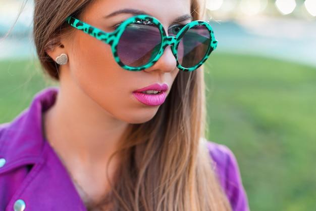Stijlvol glamoureus meisje in zonnebrilclose-up op een zonnige dag