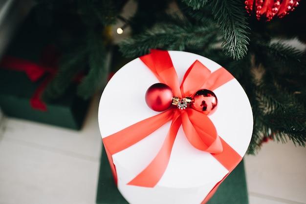 Stijlvol ingepakt cadeautje onder de kerstboom