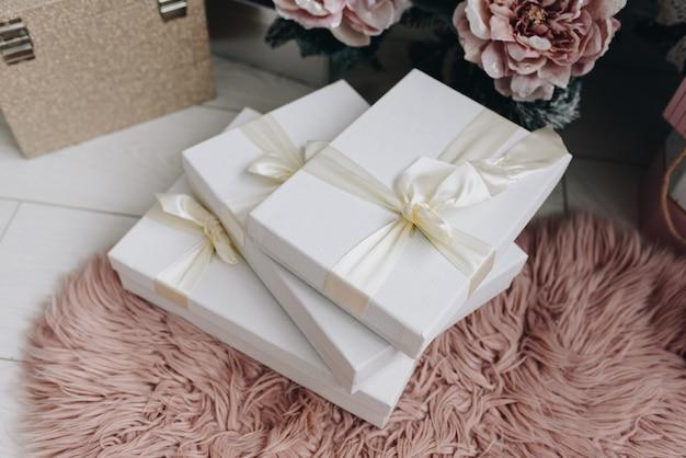 Stijlvol ingepakte cadeautjes onder de kerstboom
