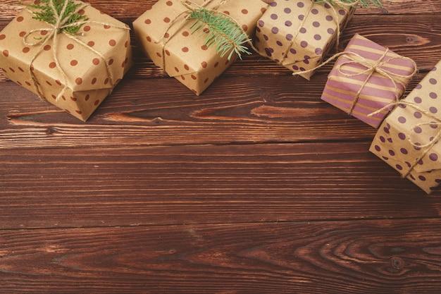 Stijlvol ingerichte kerstcadeaus over houten tafel