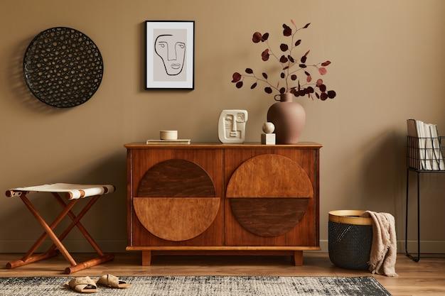 Stijlvol interieur met design houten commode, kruk, droogbloemen in vaas, unieke decoratie, tapijt, frame en elegante persoonlijke accessoires. moderne woonkamer in klassiek huis.