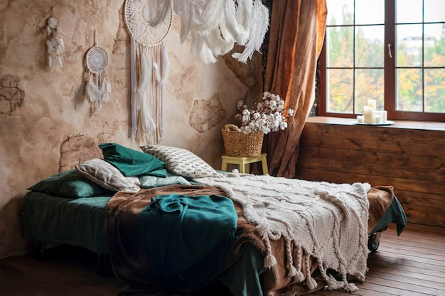 Stijlvol interieur met groot comfortabel bed.