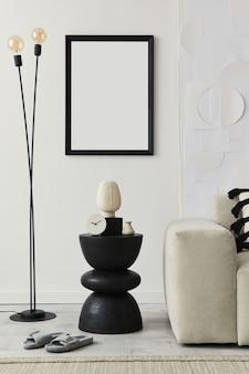 Stijlvol interieur van woonkamer in gezellig huis met frame, zwarte houten kruk, bank, decoratie en elegante persoonlijke accessoires in modern interieur.