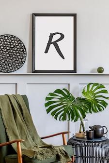 Stijlvol interieur van woonkamer met design fauteuil houten vintage commode ronde spiegel plank tropische blad koffietafel decoratie tapijt en persoonlijke accessoires in home decor