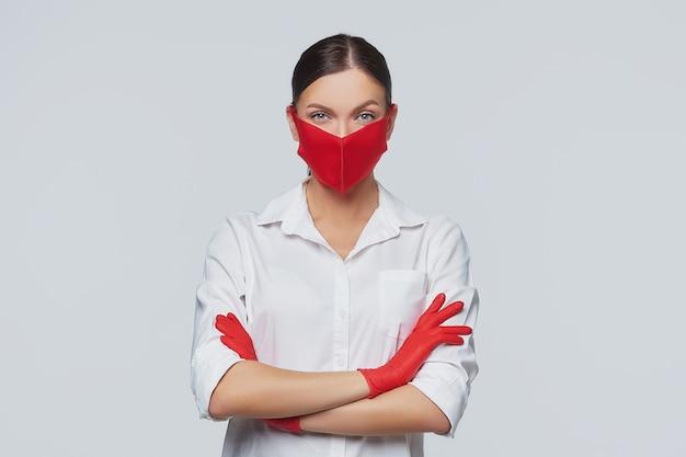 Stijlvol jong meisje in een rood masker en handschoenen.