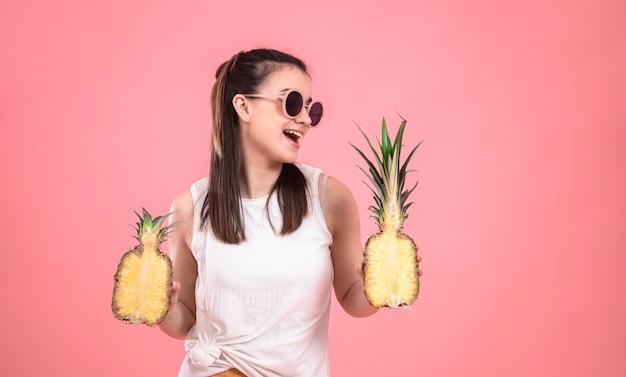 Stijlvol jong meisje in zonnebril glimlacht en houdt fruit. zomer vakantie concept.