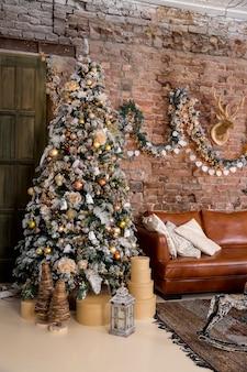 Stijlvol kerstinterieur ingericht in grijze kleuren. comfort thuis. fauteuil met stoffen bekleding.