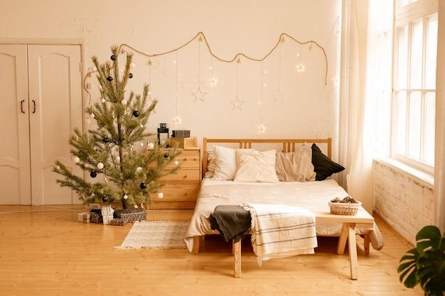 Stijlvol kerstinterieur, slaapkamer met veel licht