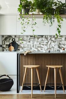 Stijlvol keukeninterieur met eetruimte. werkruimte met keukenaccessoires op de achtergrond. creatieve muren met houten panelen. minimalistische stijl een plant liefde concept.