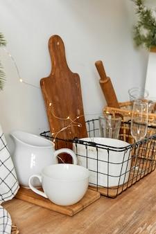 Stijlvol keukeninterieur met witte schotels en houten meubilair.