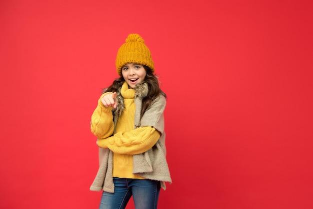 Stijlvol kind in gebreide zorg voor gezondheid in het koude seizoen, kopieerruimte, mode-look.