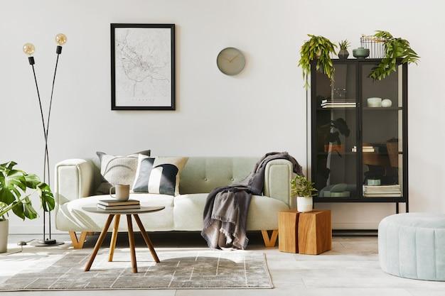Stijlvol loft interieur met groene bank, design poef, kaart, meubels, tapijt, planten, decoratie en elegante accessoires. moderne woondecoratie..