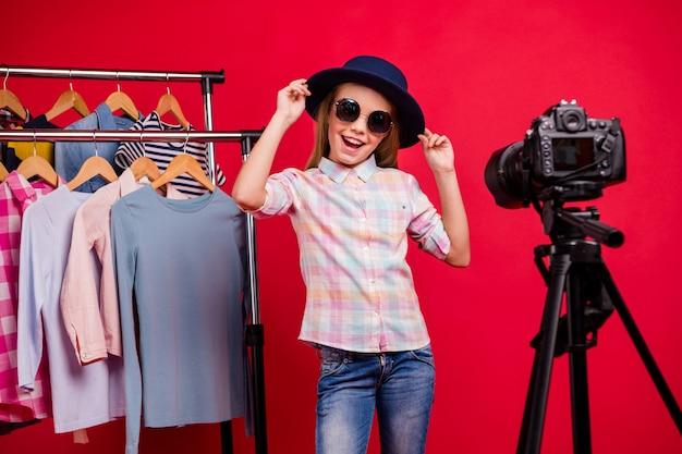 Stijlvol meisje dat haar garderobe vlogt