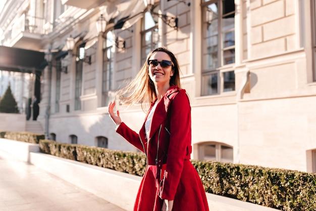 Stijlvol meisje in goed humeur tijd doorbrengen in de stad