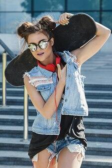 Stijlvol meisje met een skateboard