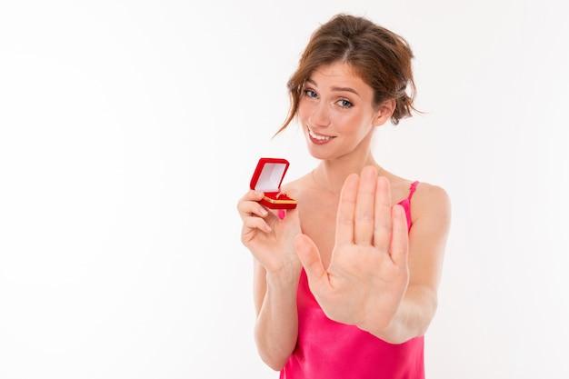 Stijlvol meisje verwerpt het voorstel om te trouwen, houdt een trouwring in haar handen