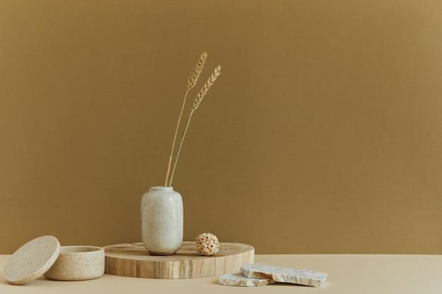 Stijlvol minimalistisch interieur met kopieerruimte, natuurlijke materialen als hout en marmer, droge planten en persoonlijke accessoires. neutrale en gele kleuren, sjabloon.