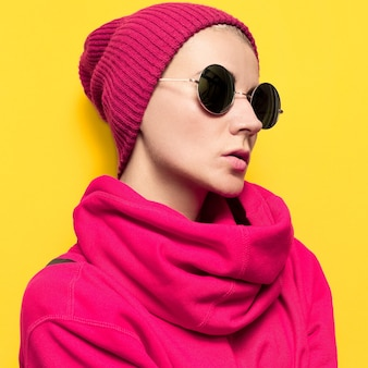 Stijlvol model in rode kleding. hoed en jas. hipster mode