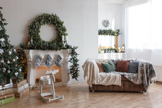 Stijlvol modern kerstdecor van een kleine gezellige kamer