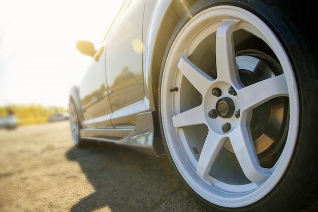 Stijlvol mooi gegoten wit schijfwiel op sportwagen