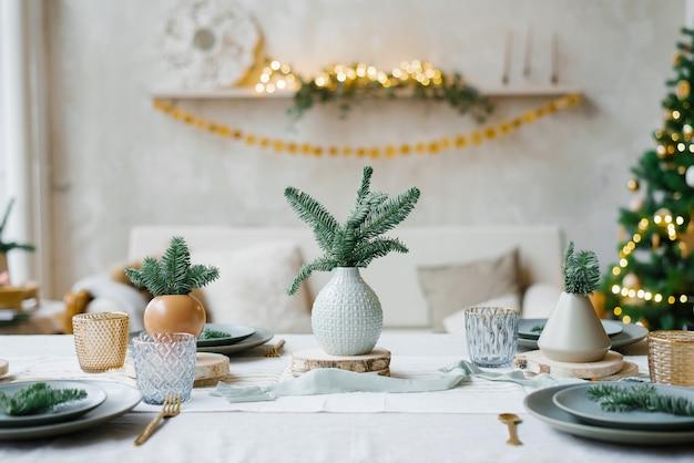 Stijlvol ontwerp van een feestelijke tafelset voor een familiediner