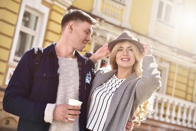 Stijlvol paar dat op straat loopt en plezier heeft