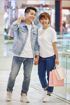 Stijlvol paar in winkelcentrum