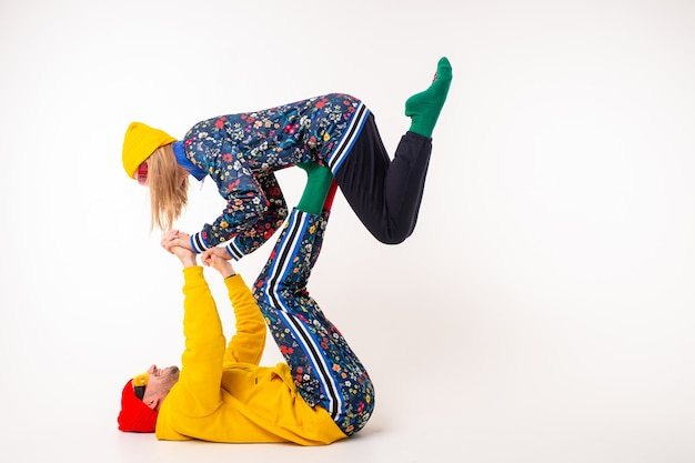 Stijlvol paar man en vrouw in kleurrijke kleding die zich voordeed op witte achtergrond