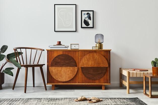 Stijlvol retro scandinavisch woonkamerinterieur met houten commode, lijsten, stoel, designkruk, cactussen, lamp, klok, boek, decoratie en persoonlijke accessoires in woondecoratie.