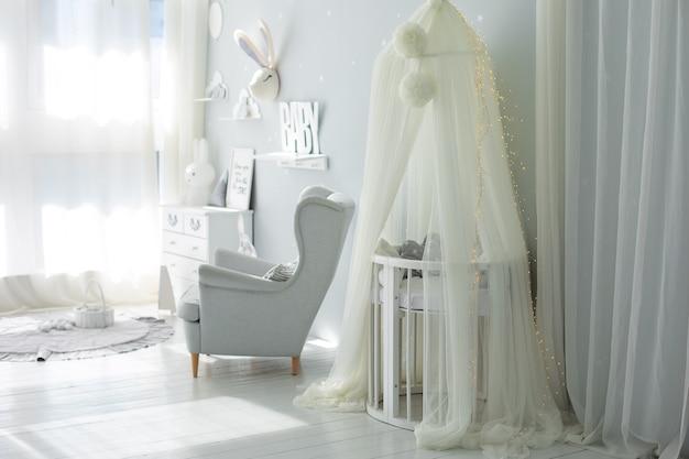 Stijlvol scandinavisch interieur van babykamer decor kinderkamer met meubels babybedje met baldakijn