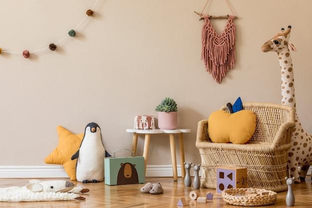 Stijlvol scandinavisch interieur van kinderkamer met natuurlijk speelgoed, hangende decoratie, designmeubels, pluche dieren, teddyberen en accessoires. beige muren. interieur van de kinderkamer. .