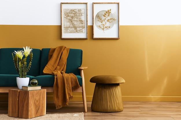 Stijlvol scandinavisch interieur van woonkamer met groene fluwelen designbank, gouden poef, houten meubels, cactussen, tapijt, kubus, kopie ruimte en posterframes