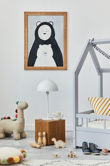 Stijlvol scandinavisch kinderkamerinterieur met mock-up posterframe, creatief bed, houten kubus, pluche en houten speelgoed en hangende textieldecoraties. grijze muren. sjabloon.