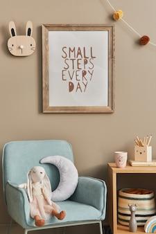 Stijlvol scandinavisch kinderkamerinterieur met speelgoed en meubilair mock-up posterframe sjabloon