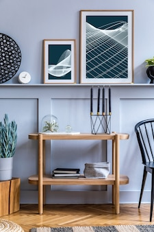 Stijlvol scandinavisch woonkamerinterieur met design zwarte stoel, houten console, luchtplanten, boek, decoratie, poster op de plank en elegante accessoires in modern interieur.
