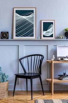 Stijlvol scandinavisch woonkamerinterieur met design zwarte stoel, houten console, planten, boeken, decoratie, posterframes op de plank en elegante accessoires in modern interieur.