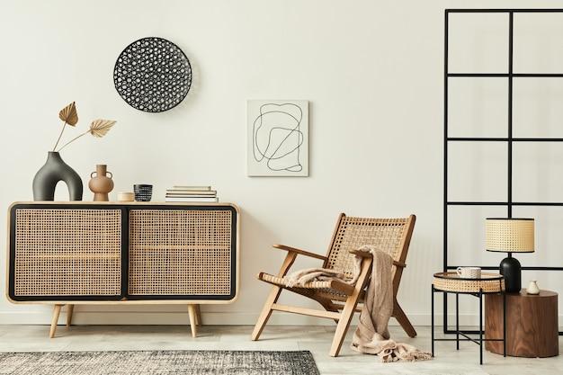 Stijlvol scandinavisch woonkamerinterieur van modern appartement met houten commode, designfauteuil, tapijt, abstracte schilderijen aan de muur en persoonlijke accessoires in uniek interieur..