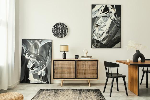 Stijlvol scandinavisch woonkamerinterieur van modern appartement met houten commode, designtafel, stoelen, tapijt, abstracte schilderijen aan de muur en persoonlijke accessoires in een uniek interieur. sjabloon.