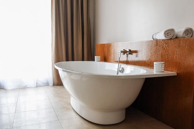 Stijlvol sneeuwwit bad in een moderne badkamer.