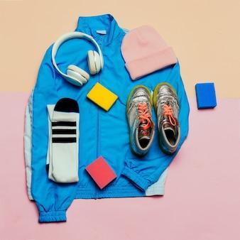 Stijlvol sportjack en accessoires. hoed, sneakers, oortelefoon minimale stijlvolle kleding herfst lente