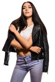 Stijlvol trendy meisje in een zwart leren jasje