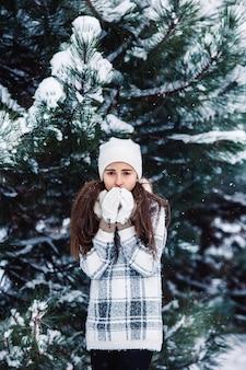 Stijlvol verdrietig meisje in het winterbos