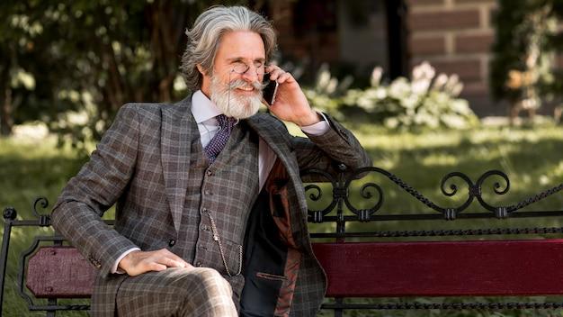 Stijlvol volwassen mannetje praten aan de telefoon