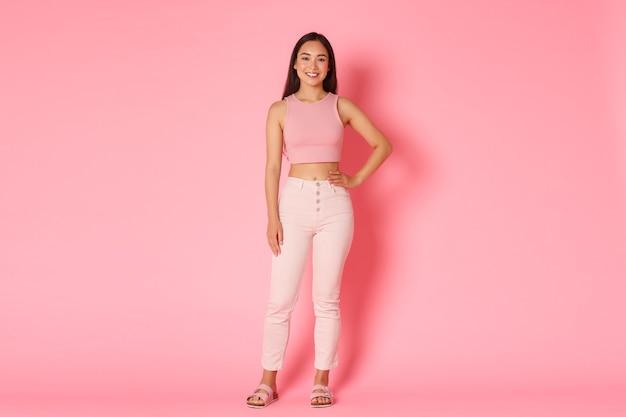 Stijlvol vrouwelijk koreaans meisje van volledige lengte in glamouroutfit