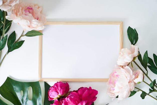 Stijlvol wit met verticale poster en plant in een vaas home interieur kopie ruimte