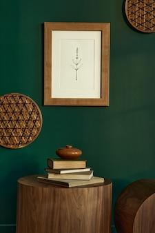 Stijlvol woonkamerinterieur in modern huis met bruine houten salontafel, boek, rotandecoratie, frame