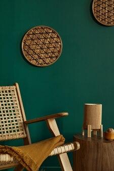 Stijlvol woonkamerinterieur in modern huis met design rotan fauteuil, bruin houten salontafel, boek, rotan decoratie, frame