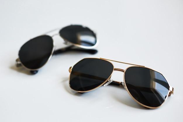 Stijlvol zonnebrilpaar dat op witte achtergrond wordt geïsoleerd